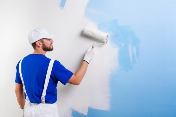 The man who paints the wall of the building